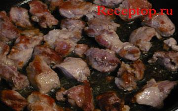куски свинины обжариваются на сковороде