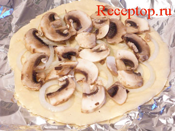 на фото основа для пиццы с луком и грибами