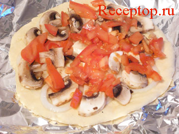 на фото основа для пиццы с луком, грибами и помидорами