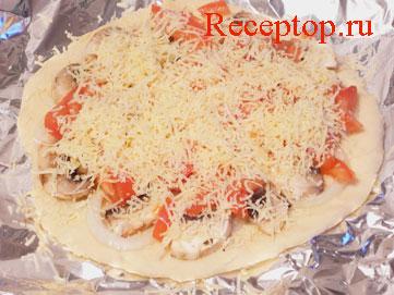 на фото основа для пиццы с грибами под тертым сыром