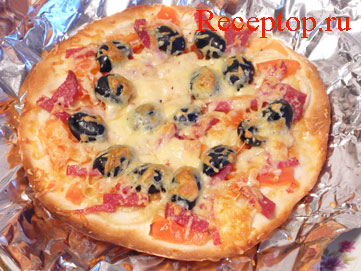 на фото пицца с колбасой