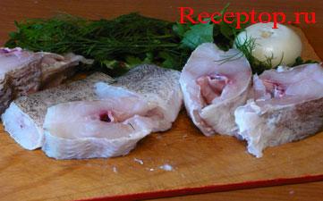 на фото рыба (треска),лук, зелень петрушки, укроп, начало рецепта