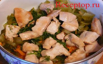 на фото в миске нарезанные овощи и обжаренное куриное филе