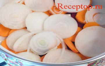 на фото к свекле и моркови добавлен лук