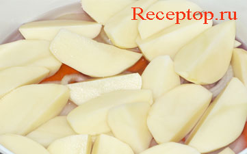 на фото к свекле, моркови и луку добавлен картофель и налита вода