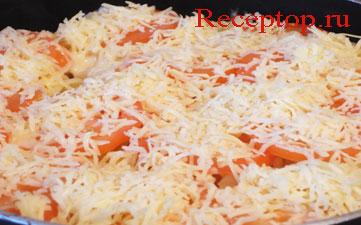 на фото пасту фузилли и помидоры посыпали тертым сыром