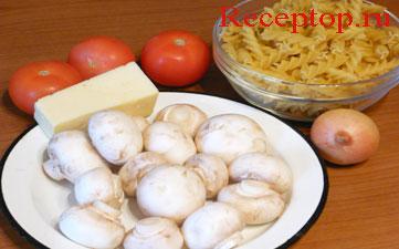 на фото паста фузилли, шампиньоны, луковица, помидоры и сыр