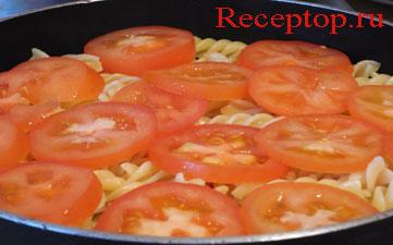 на фото на пасту фузилли положили  помидоры нарезанные кружками