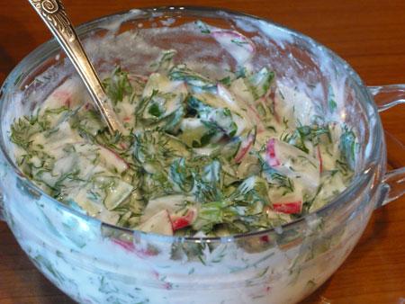 на фото мацони в салате из овощей