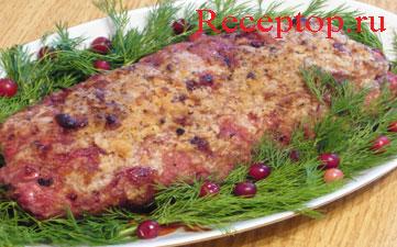 на фото приготовленный мясной рулет(говядина-свинина) c брусникой