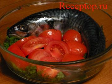 на фото свежая скумбрия и овощи