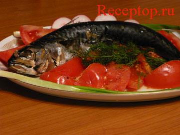 на фото скумбрия на блюде с овощами