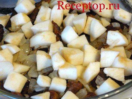на фото в сотейнике мясо, лук и яблоки