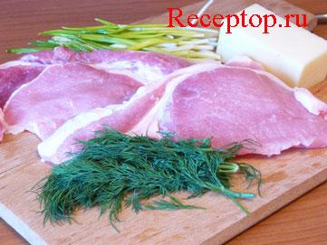 на фото свежая свиная корейка, черемша, укроп и сыр