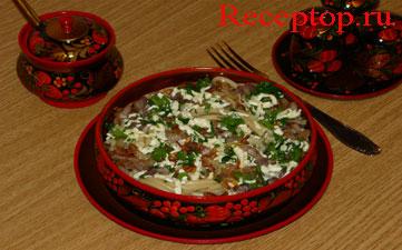 на фото букатини с салом(грудинка), брынзой, чесноком и петрушкой, готовое блюдо