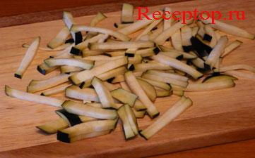 на фото нарезаем баклажан для пасты пенне
