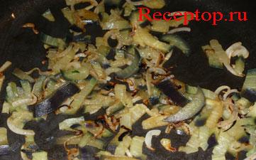 на фото мелко нарезанный лук на сковороде с баклажанами