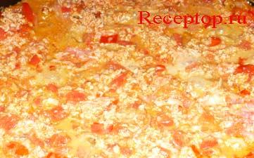 на фото мясной фарш, помидор, лук на сковороде