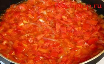 на фото тушим лук и помидоры