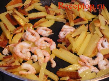 на фото: картошка и креветки жарим на сковороде