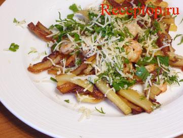 на фото: картошка с креветками посыпана тертым сыром и укропом с петрушкой