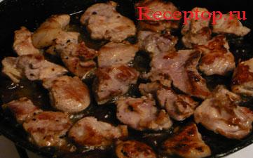 на фото свинина, жаренная на сковороде