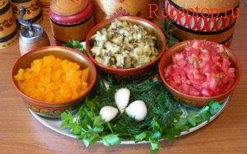на фото баклажаны, помидоры и перец нарезаны маленькими кусочками и подготовлены для приготовления салата