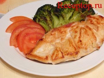на фото жаренное куриное филе и брокколи