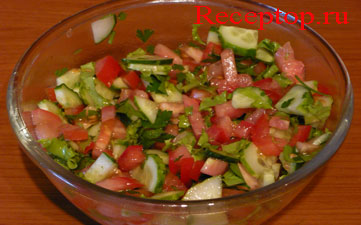в глубоком, прозрачном салатнике салат из помидоров и огурцов