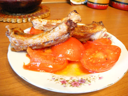 на фото ребрышки свиные с помидорами