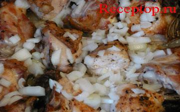 добавляем лук к кускам курицы на сковороде