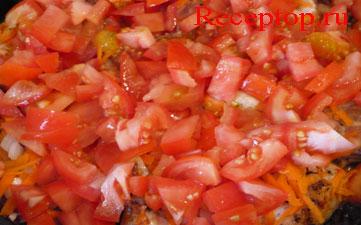 помидоры с курицей в сковороде