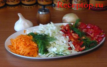 на большом овальном блюде натертая на терке морковь, пучок укропа, нарезанные капуста, сладкий перец и помидоры, рядом чеснок, лук и ручная мельница для перца