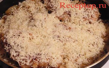 на фото куриные бедра в сковороде сверху тертый сыр