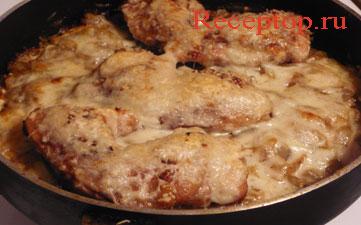 на фото куриные бедра в сковороде запеченные под сыром