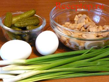 на фото корнишоны и шампиньоны в салатниках, также два сваренных яйца и пучок зеленого лука