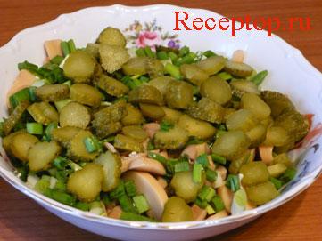 на фото нарезанные корнишоны, шампиньоны, яйца, зеленый лук перемешали в салатнике