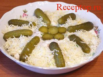 на фото салат из шампиньонов и корнишонов