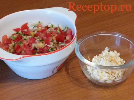 на фото помидоры, огурец и чеснок подготовлены ля начинки баклажанов