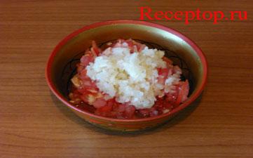 в миске мелко нарезанный помидор, в него выдавлен чеснок