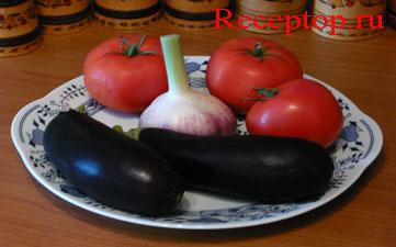 на фото два баклажана, три помидора, два зубчика чеснока