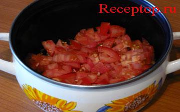 нарезанные помидоры в кастрюле