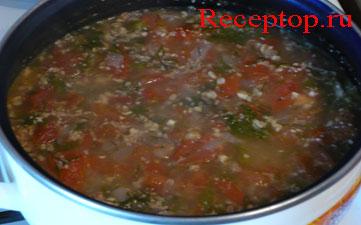 кастрюля с супом из помидоров
