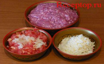 на фото фарш говяжий, помидоры порезанные мелко, в них выдавлен чеснок, сыр натерт на мелкой терке