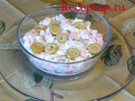 на фото  мясной с оливками салат