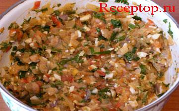 в миске приготовленная начинка, она состоит из мелко нарезанной сельди, вареного куриного яйца, тушеных лука и помидор, и зелень укропа, петрушки